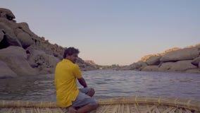 Fiume in un villaggio indiano con le costruzioni distrutte stock footage