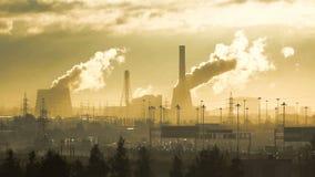 Fiume urbano nella città, nella fabbrica di fumo e nel fiume delle automobili stock footage