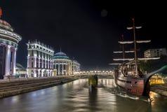 Fiume Vardar ed arco, paesaggio di notte Fotografia Stock