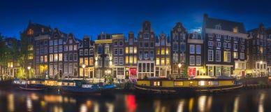 Fiume, vecchie case tradizionali e barche, Amsterdam immagini stock