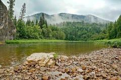 Fiume veloce della montagna Mattina nebbiosa La valle dei geyser Riserva di biosfera di Kronotsky kamchatka immagini stock