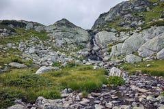 Fiume vicino ai sette laghi Rila, montagna della montagna di Rila Immagine Stock