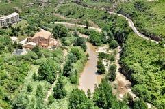 Fiume vicino alle montagne Montserrat Fotografia Stock Libera da Diritti