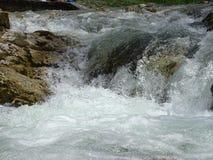 Fiume Walchen della cascata vicino al lago Sylvenstein Fotografia Stock