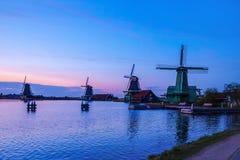 Fiume Zaan di sera con i mulini a vento olandesi a Zaandam immagini stock libere da diritti