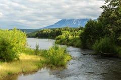 Fiume Zhupanova Riserva naturale di Kronotsky sulla penisola di Kamchatka immagini stock