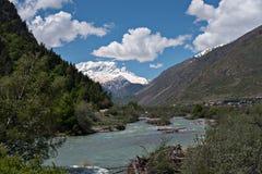 Fiumi della montagna del Caucaso immagini stock