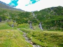 Fiumi della montagna e corrente che scorrono da un ghiacciaio, alpe della Svizzera Immagine Stock