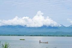 Fiumi, montagne e cielo fotografie stock libere da diritti