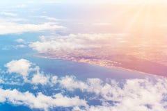 Fiumicino-Bucht mit Wolken von den Flugzeugen Stockbild