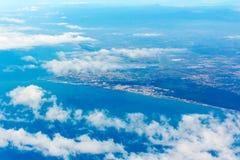Fiumicino-Bucht mit Wolken von den Flugzeugen Stockfotografie