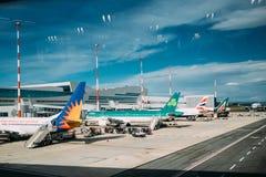 Fiumicino, Italië Vliegtuigenvliegtuigen van Verschillende Luchtvaartlijnentribune bij de Internationale Luchthaven Leonardo Da V stock foto's
