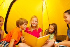 Five kids read books in a tent Stock Photos