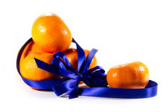 Five ripe sweet mandarins with blue ribbon Royalty Free Stock Images