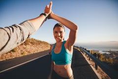 Fiving человека и женщины высокий после идущей тренировки Стоковая Фотография