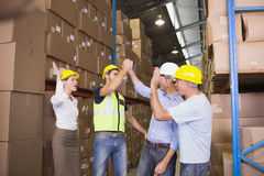 Fiving élevé d'équipe dans l'entrepôt Photos stock