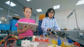 Fixação das crianças, robô de programação, fim acima video estoque