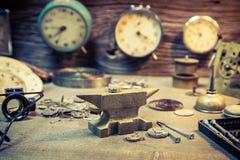 Fixa skadade klockor i urmakareseminarium Royaltyfri Bild
