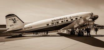 Fixa-vinge endrivande trafikflygplan Douglas DC-3 Arkivfoton