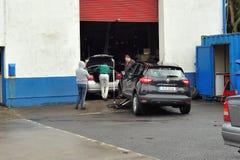 fixandebilar i det mekaniska seminariet, tuamväg, Galway, Dece royaltyfri bild