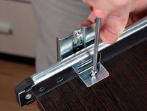 Fixandeenheter som installerar stången för spårenhetsglidbana Arkivbilder