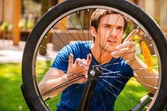 Fixando minha bicicleta Foto de Stock Royalty Free