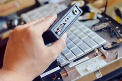 Fixando um teclado de computador Foto de Stock Royalty Free