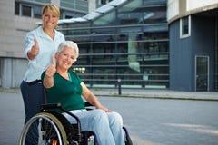 Fixation aînée de gestionnaire de fauteuil roulant Images libres de droits
