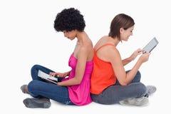 Fixation d'adolescente son PC de tablette dans le ciel Photos libres de droits
