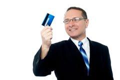 Fixation d'homme d'affaires par la carte de crédit Photographie stock libre de droits