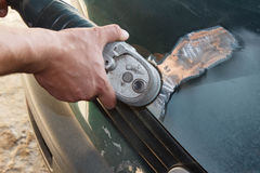 Fixation de dépanneur de travailleur de mécanicien en ponçant la carrosserie de polissage et la préparation à la peinture au serv photo stock