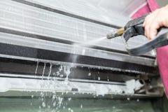 Fixation de dépanneur et unité de climatiseur de nettoyage Images stock