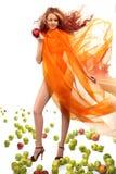 Fixation de fille dans sa main une pomme rouge photo stock