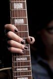 Fixation de fille de roche sa guitare Photo libre de droits