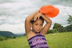 Fixation de fille son chapeau orange Image libre de droits