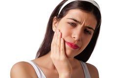 Fixation de fille son menton - mal de dents - douleur Photo libre de droits