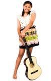 fixation de guitare de fille d'afro-américain d'adolescent Photographie stock