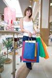 Fixation de jeune femme dans les sacs multicolores de mains Photos stock
