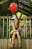 Fixation de l'adolescence un ballon rouge Photographie stock libre de droits