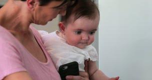 Fixation de mère son bébé banque de vidéos