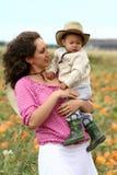 Fixation de mère son enfant Image stock