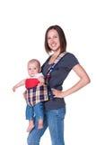 Fixation de mère son fils dans l'élingue photographie stock libre de droits