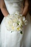 Fixation de mariée son bouquet Image stock