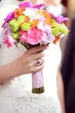 Fixation de mariée son bouquet de mariage Photo stock