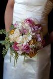 Fixation de mariée son bouquet de mariage Image stock