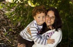 Fixation de sourire de mère et de fils Image stock