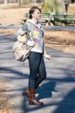 Fixation debout de jeune fille d'adolescent un sac de livre Image libre de droits