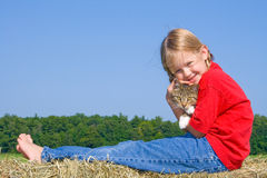 Fixation heureuse de fille de ferme son chat. Images libres de droits