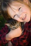 Fixation heureuse et jolie d'enfant son chaton. Images stock