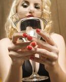 Fixation martini de femme. photos libres de droits